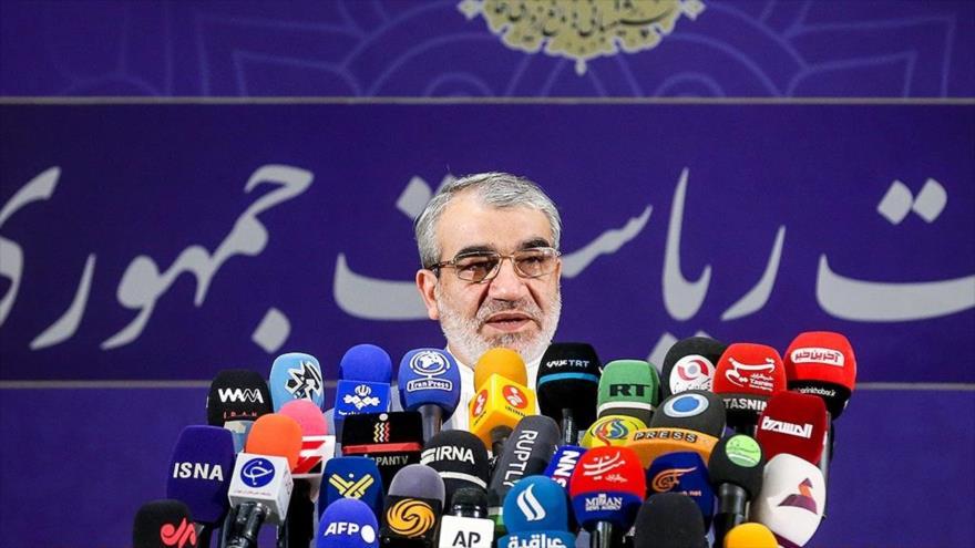 El portavoz del Consejo de Guardianes de Irán, Abás Ali Kadjodayi, en una conferencia de prensa en Teherán, 14 de mayo de 2021. (Foto: Fars)