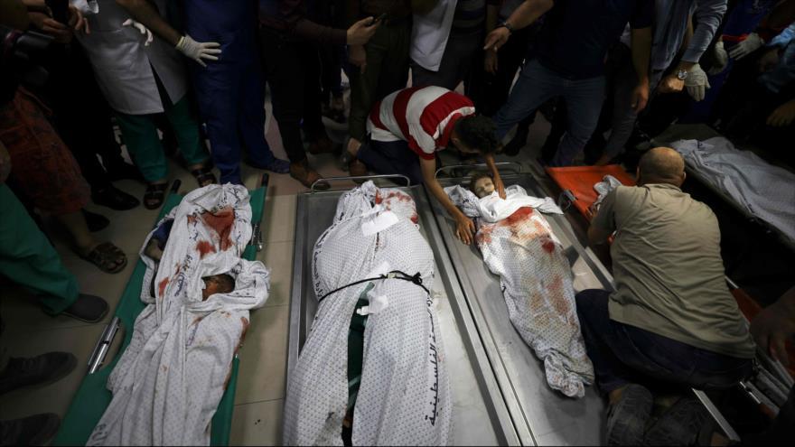 Un hombre palestino llora por muerte de niños tras un ataque aéreo israelí contra Franja de Gaza, 15 de mayo de 2021. (Foto: AFP)