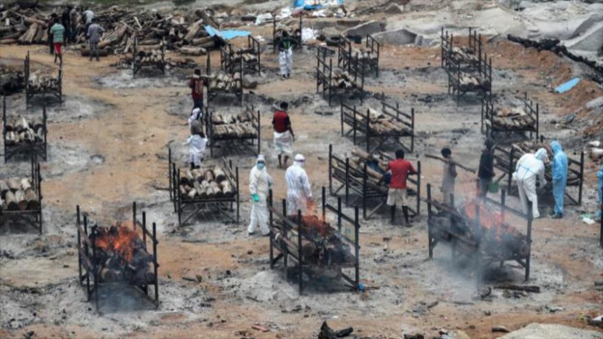 Los cadáveres de víctimas mortales de la Covid-19 son incinerados en un crematorio público en las afueras de Bengaluru, La India, 12 de mayo de 2021. (Foto: AFP)