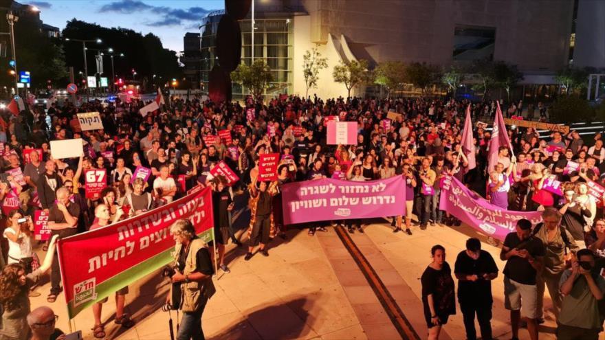 Un grupo de manifestantes israelíes se congrega en Tel Aviv para pedir el fin de agresión sobre la Franja de Gaza, 15 de mayo de 2021.