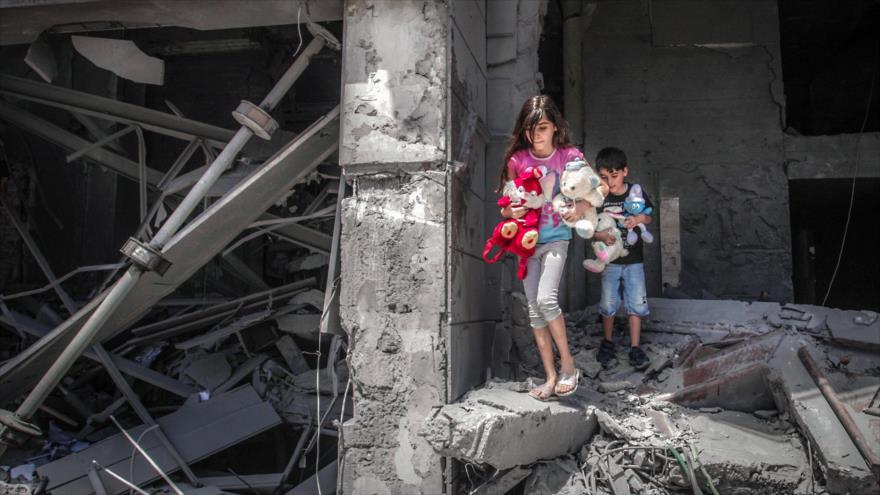 Niños palestinos entre los escombros después de un ataque israelí en la asediada Franja de Gaza, 17 de mayo de 2021. (Foto: AFP)