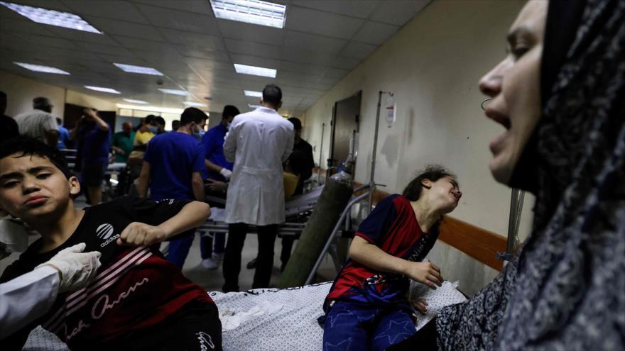 Palestinos, en el hospital Al-Shifa en la ciudad de Gaza, luego de los ataques israelíes en el enclave costero, 17 de mayo de 2021. (Foto: AFP)