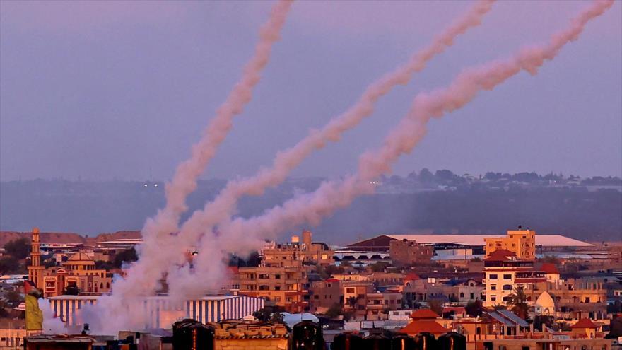 Se lanzan cohetes desde el sur de la Franja de Gaza hacia los territorios ocupados por Israel, 17 de mayo de 2021. (Foto: AFP)