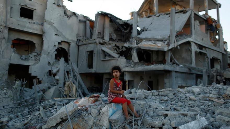 Una niña palestina entre las ruinas de una casa destruida en la Franja de Gaza. (Foto: Reuters)