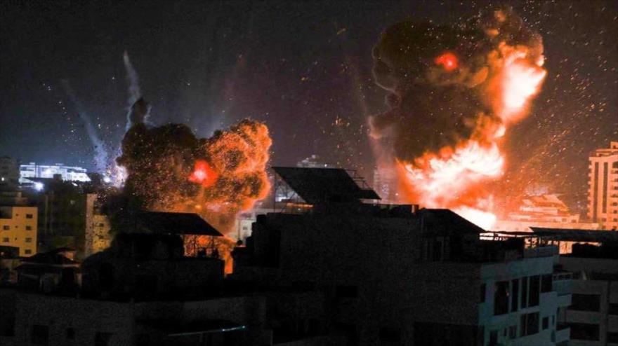 Las explosiones iluminan el cielo sobre la ciudad de Gaza por los bombardeos de fuerzas israelíes del enclave palestino, 18 de mayo de 2021 (Foto de AFP).