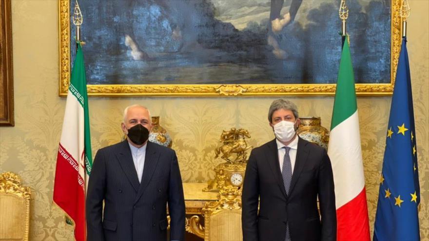 El canciller iraní, Mohamad Yavad Zarif (izq.), y el presidente de la Cámara de Diputados de Italia, Roberto Fico, en Roma, capital de Italia, 18 de mayo de 2021.