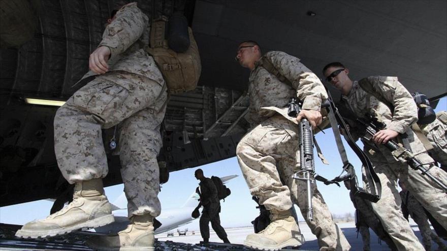 Militares estadounidenses suben a un avión de transporte antes de partir hacia Afganistán.