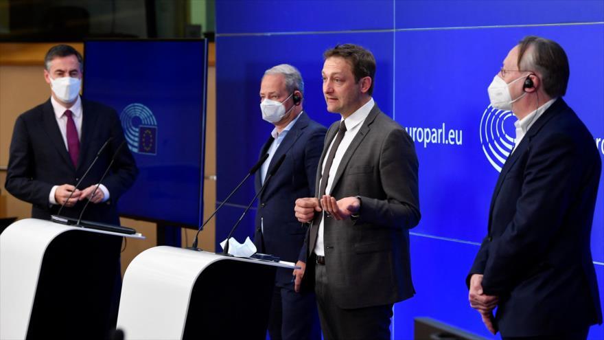 Los miembros del Parlamento Europeo David Mcallister (izq), Andreas Schieder, Christophe Hansen y Bernd Lange, Bruselas, el 27 de abril de 2021. (Foto: AFP)
