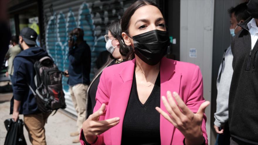 La congresista de EE.UU. Alexandria Ocasio-Cortez durante una visita en Nueva York, 7 de mayo de 2021. (Foto: AFP)