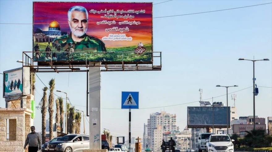 En una cartelera instalada en la ciudad de Gaza se ve la imagen del excomandante mártir de la Fuerza Quds del Cuerpo de Guardianes de Irán, el general de división Qasem Soleimani.