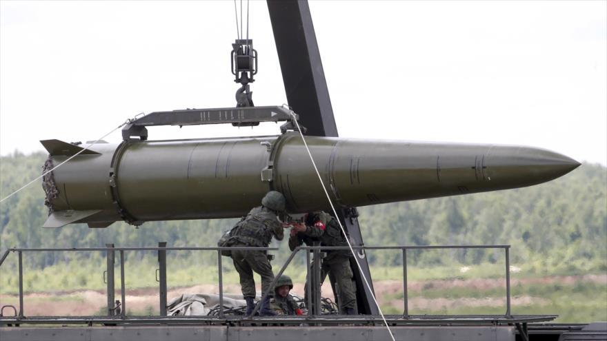 Militares rusos equipan un sistema de misiles tácticos Iskander en un lugar situado en las afueras de Moscú, la capital. (Foto: Reuters)