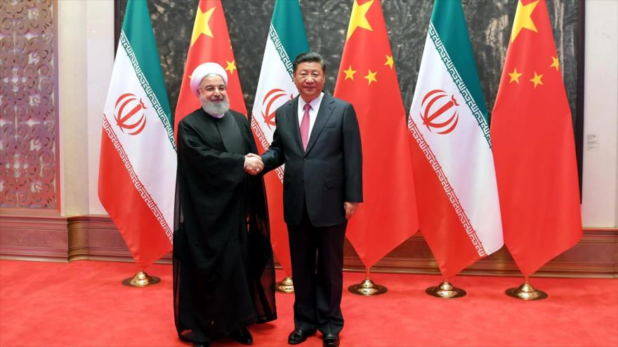 El presidente de Irán, Hasan Rohani (izda.), y su par chino, Xi Jinping, en una reunión en la ciudad china de Qingdao, 10 de junio de 2018.