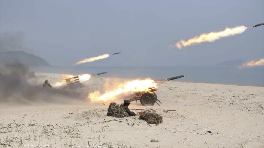 Las unidades de artillería del Ejército de Corea del Norte durante una maniobra militar.