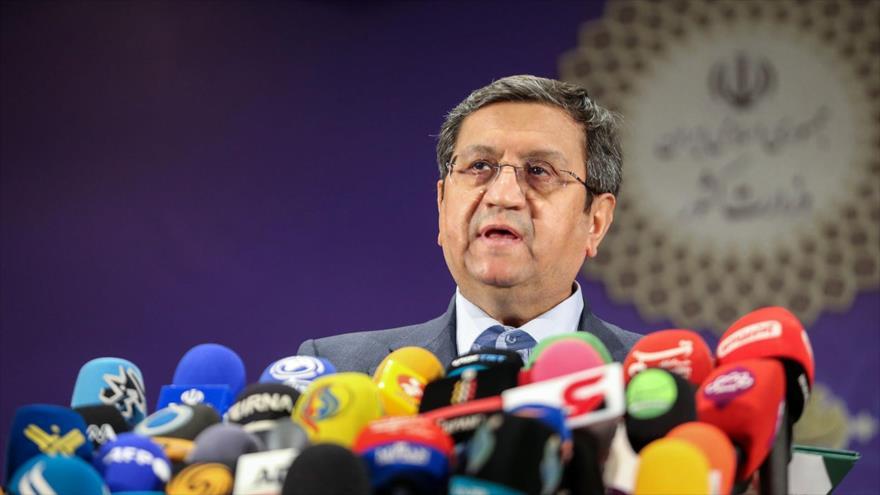 El aspirante a la Presidencia de Irán, Abdolnaser Hemati, habla con la prensa tras inscribirse para las elecciones, 15 de mayo de 2021. (Foto: Borna)