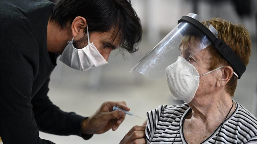 Una mujer recibe la vacuna Sputnik V contra el nuevo coronavirus en Buenos Aires, capital de Argentina, 15 de abril de 2021. (Foto: AFP)