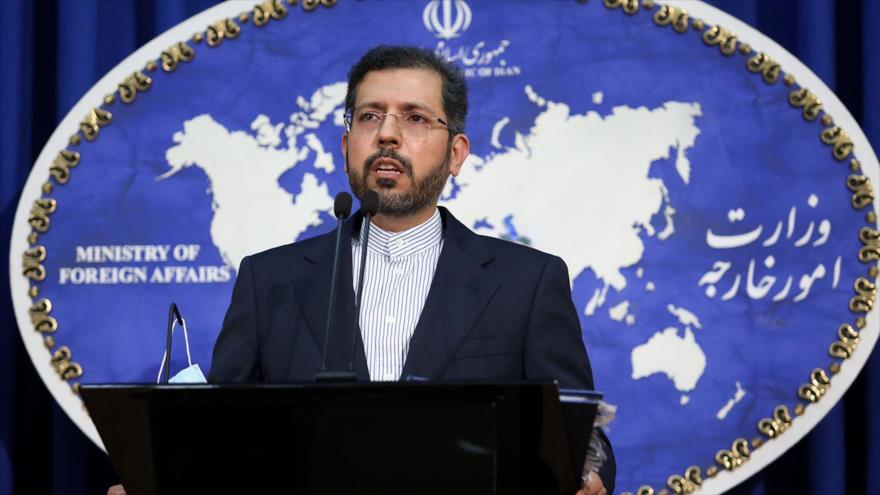 El portavoz de la Cancillería de Irán, Said Jatibzade, ofrece una conferencia de prensa en Teherán, la capital.