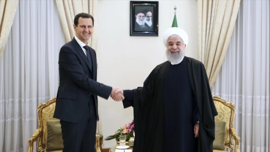 El presidente de Irán, Hasan Rohani (dcha.) y su homólogo sirio, Bashar al-Asad, durante una reunión en Teherán, capital iraní, 25 de febrero de 2019.