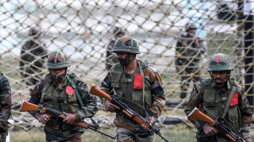Soldados indios en un entrenamiento militar en Khrew, a unos 25 km de Srinagar, 11 de octubre de 2020. (Foto: AFP)