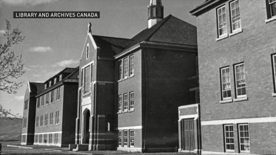 Hallan restos de 215 niños indígenas en un internado en Canadá