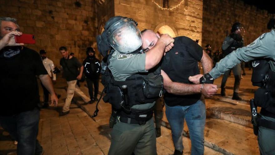 Un militar israelí detiene a un palestino en Al-Quds durante una protesta palestina contra Israel en el sagrado mes de Ramadan, 24 de abril de 2021. (Foto: Reuters)