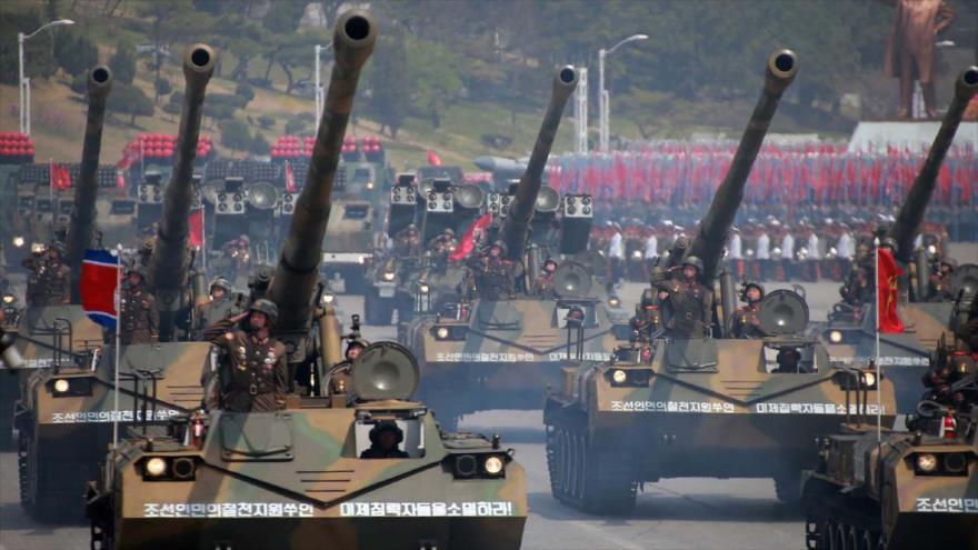 Soldados norcoreanos realizan un desfile militar en Pyongyang, la capital.