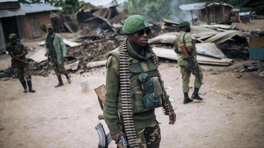 Soldados de la República Democrática del Congo en una patrulla a pie en la aldea de Manzalaho tras un ataque de ADF, 18 de febrero de 2020. (Foto: AFP)