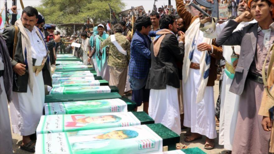 Yemeníes celebraron los funerales de los niños muertos en un bombardeo saudí en Saada, 13 de agosto de 2018. (Fuente: AFP)