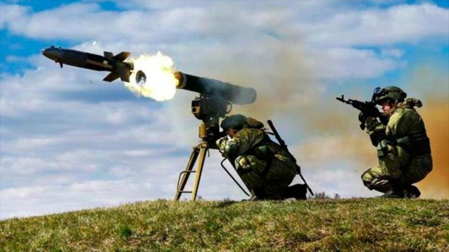 Un sistema de misiles antitanques Kornet en plena acción.