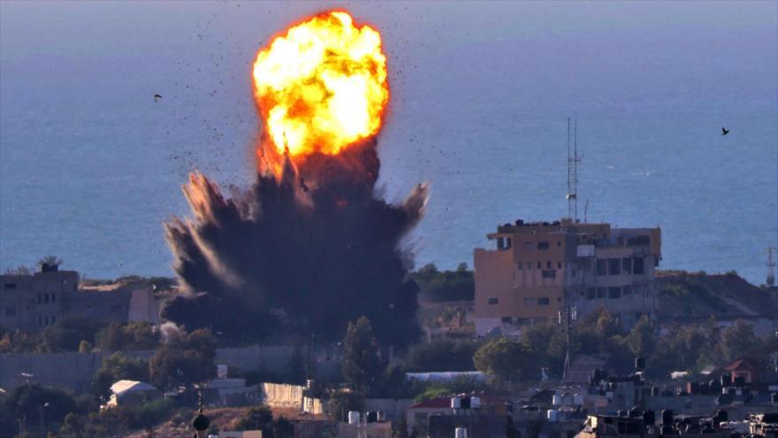 Columna de humo se eleva tras ataque aéreo israelí en el sur de la Franja de Gaza, 13 de mayo de 2021. (Foto: AFP)