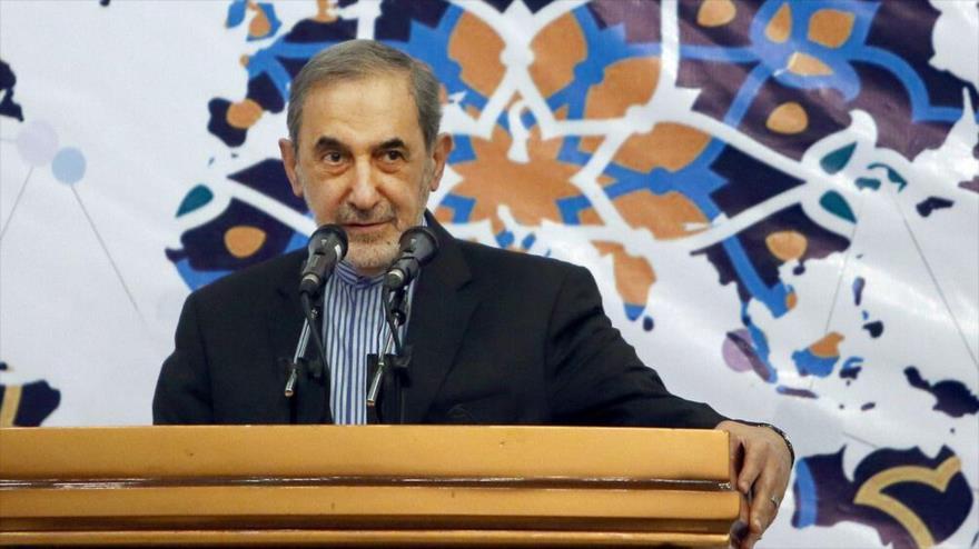 El asesor del Líder de la Revolución Islámica para Asuntos Internacionales, Ali Akbar Velayati, habla en un mitin.