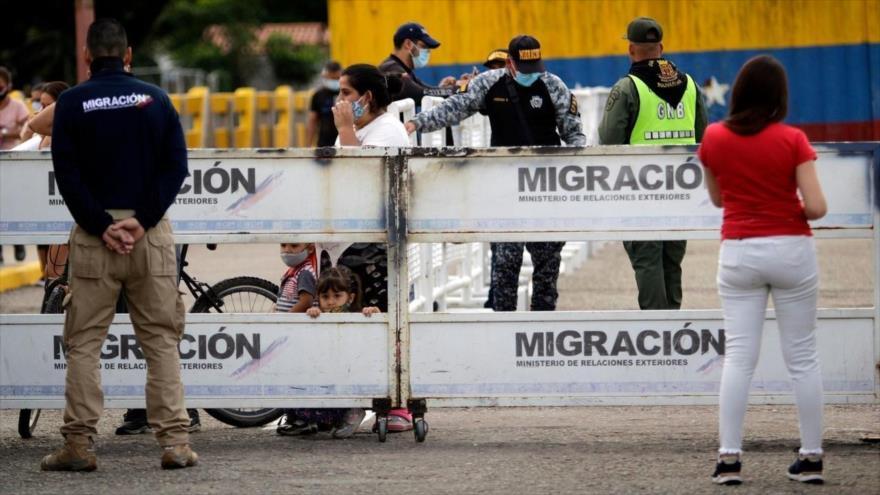 Personas hacen fila para cruzar la frontera entre Colombia y Venezuela en la ciudad colombiana de Cúcuta, 12 de marzo de 2020. (Foto: EFE)