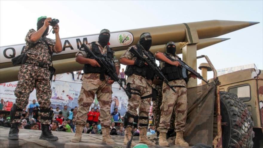 Miembros de las Brigadas Ezzedin Al-Qassam, el brazo armado del movimiento palestino HAMAS, exhiben un misil Qassam en el sur de la Franja de Gaza.