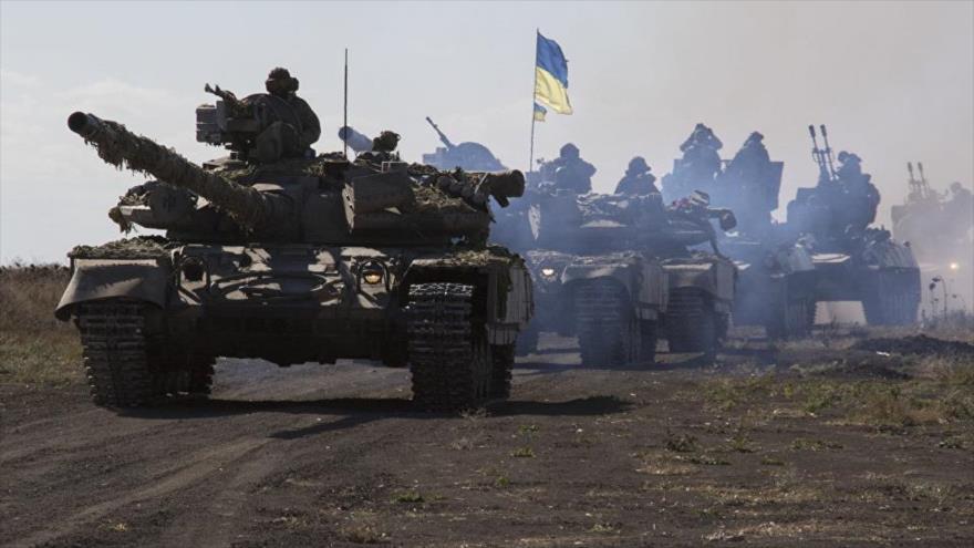 Tanques del Ejército ucraniano circulan por Donbás, este de Ucrania.