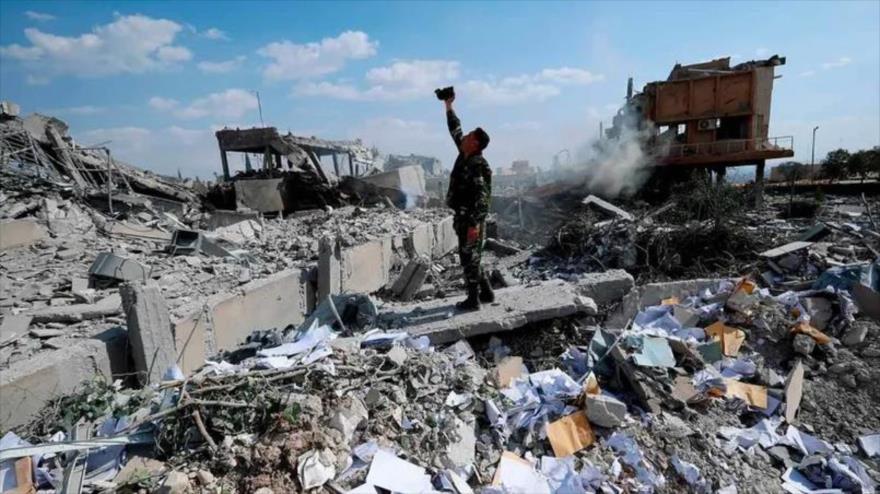 Un soldado sirio se encuentra entre los escombros de un edificio destruido tras un ataque de EE.UU., 14 de abril de 2018. (Foto: AFP)