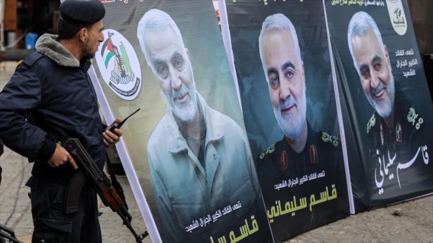 Fotos del teniente general iraní Qasem Soleimani durante una ceremonia de luto en la ciudad palestina de Gaza, 4 de enero de 2020 (Foto: AFP)