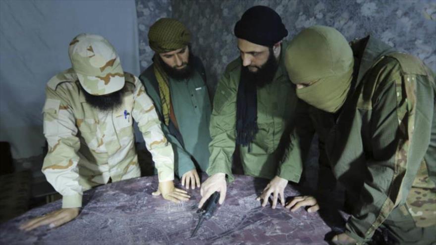 Abu Mohamad Al-Golani (2.º desde la derecha), líder del grupo terrorista Frente Al-Nusra, habla con sus compañeros.