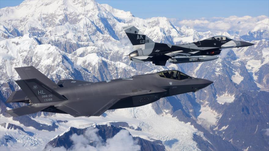 Un caza F-35A Lightning II (izda.), y otra aeronave F-16 Fighting Falcon, durante los ejercicios aéreos en Alaska, 17 de agosto de 2020.