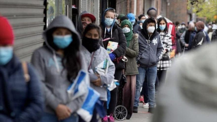 Estadounidenses hacen fila para recibir alimentos de un grupo de caridad en el vecindario de Midwood en Brooklyn, Nueva York. (Foto: Getty Images)