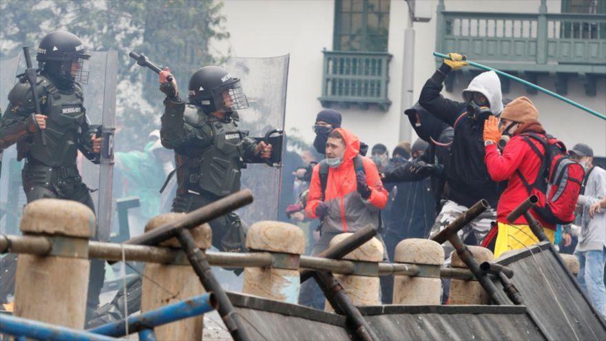 Miembros de la Policía Militar de Colombia se enfrentan a un grupo de manifestantes en Bogota, 6 de mayo de 2021.