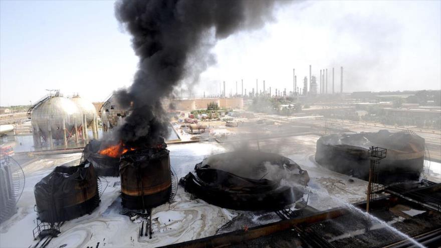 Tanques utilizados para el almacenamiento de productos de petróleo pesado en la refinería de Teherán, tras extinguir el fuego, 3 de junio de 2021. (Foto: Shana)