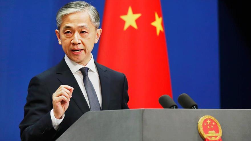 El portavoz de la Cancillería de China, Wang Wenbin, habla con la prensa, 26 de abril de 2020.