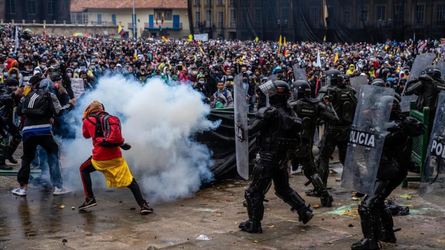 Enfrentamientos entre manifestantes y policías en abril por la reforma tributaria propuesta por el gobierno colombiano en Bogotá, Colombia.