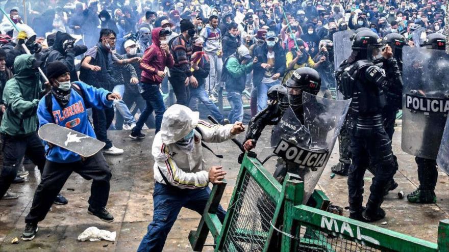 Choques entre manifestantes y policías por la reforma tributaria del Gobierno de Duque en Bogotá, Colombia, 28 de abril de 2021.