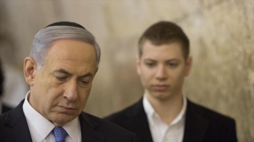 El premier israelí, Benjamín Netanyahu (izda.), y su hijo Yair durante una visita a la ocupada ciudad de Al-Quds.
