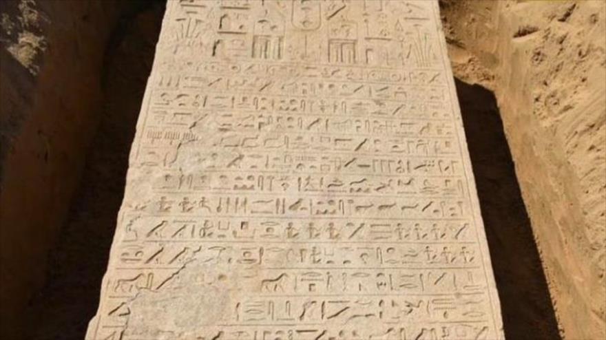 Estela de piedra que data de la dinastía 26 de Egipto, fue descubierta por un agricultor. (Foto: Ministerio de Turismo y Antigüedades de Egipto)