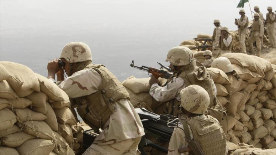 Mercenarios de la coalición saudí vigilan desde su puesto los movimientos de los combatientes yemeníes en la frontera sureña. (Foto: Al-Muheet)
