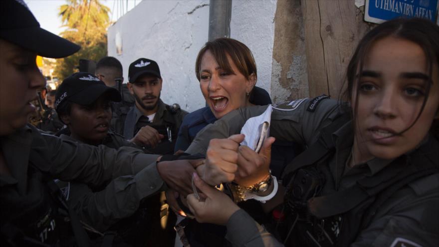 Vídeo: Fuerzas israelíes golpean y detienen a una periodista