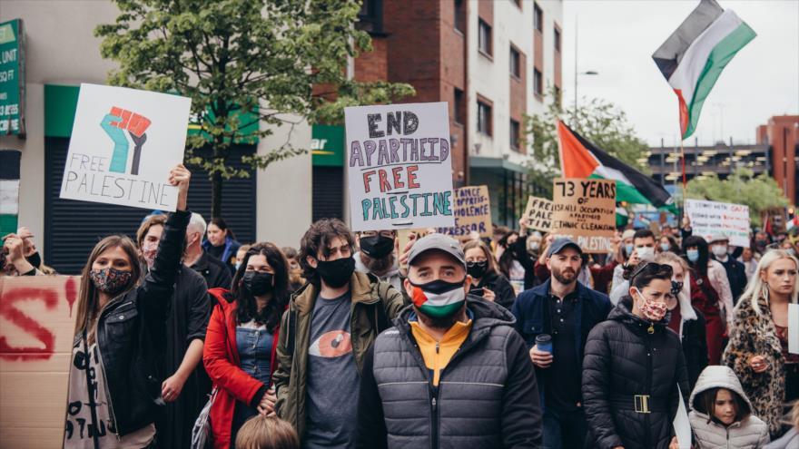 Decenas de personas salen a las calles de Belfast, la capital de Irlanda del Norte, para solidarizarse con el pueblo palestino, 15 de mayo de 2021.