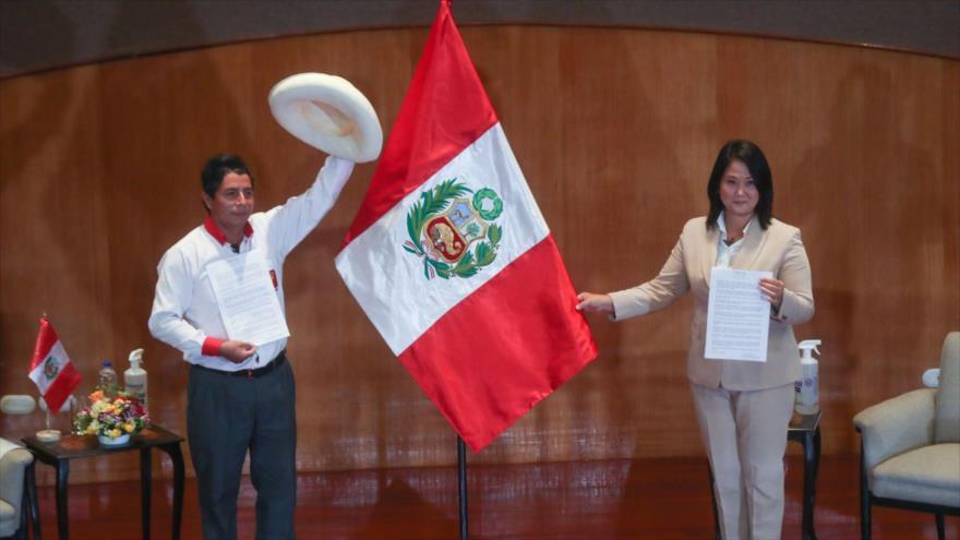 Los candidatos presidenciales de Perú, Keiko Fujimori (dcha.) y Pedro Castillo durante un debate presidencial.