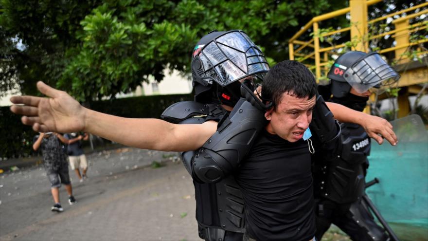 La Policía colombiana arresta a un manifestante durante una marcha contra el Gobierno en la ciudad de Cali, suroeste, 4 de junio de 2021 (Foto: AFP)